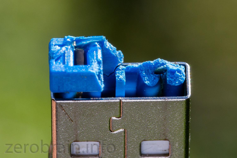 Der USB Stecker ist mit der Buchse verschmolzen - folge des zu hohen Stromes.