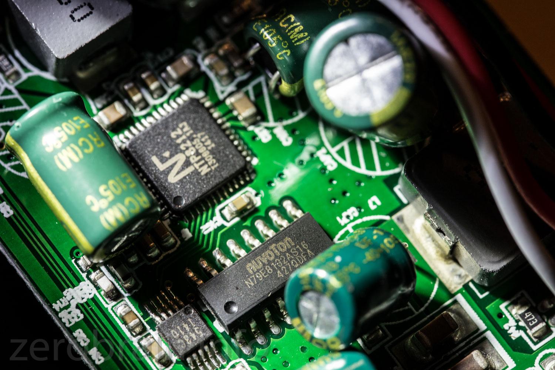 Oben der digitaler Audioverstärker - Mitte Nuvoton 8051 Derivat