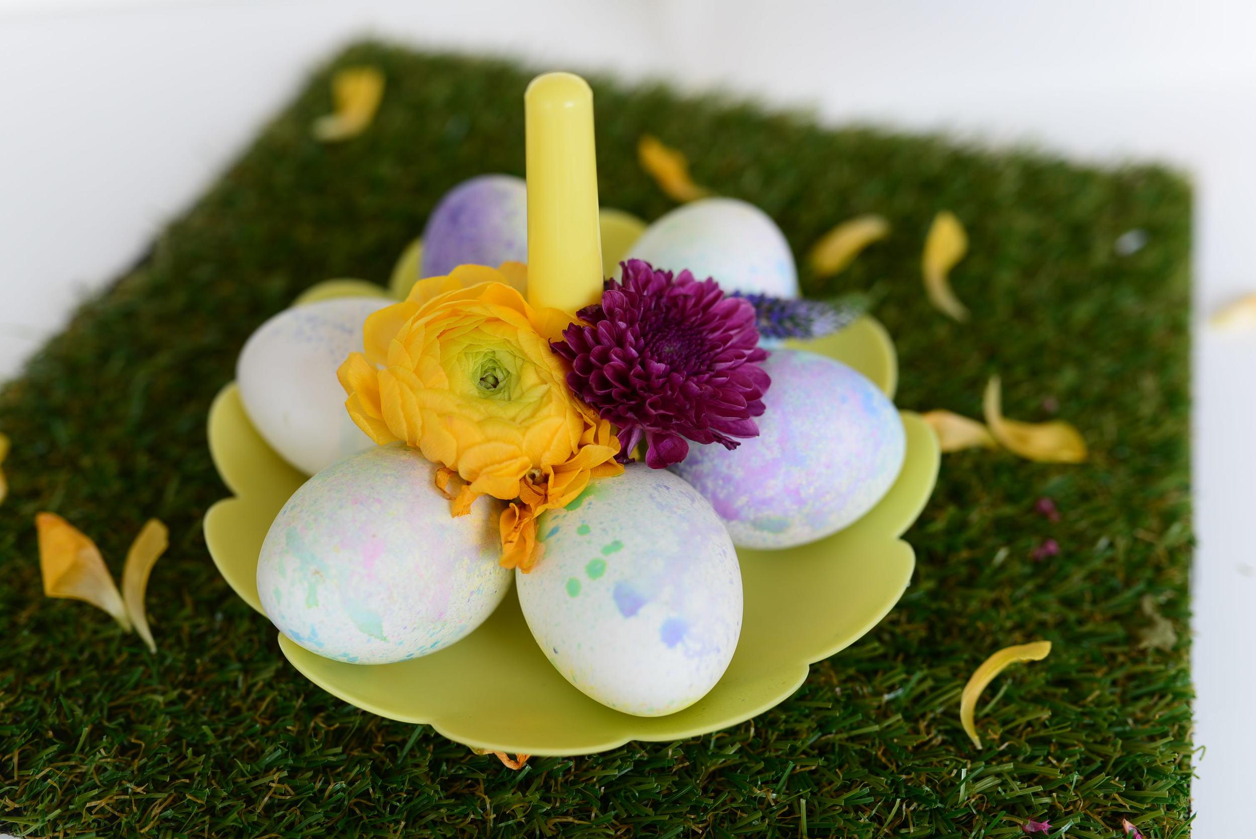 DIY :: Spray Paint Easter Eggs | www.scissorspaperstoneblog.com