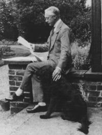 F. M. Alexander de pernas cruzadas