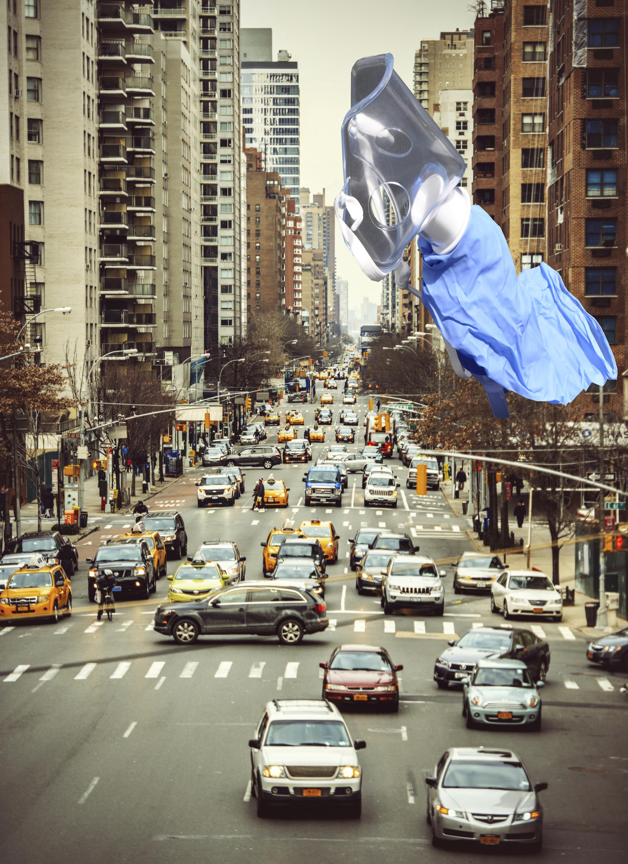 Superman flyver hen over storbyen. Transformeret Maske med dingenoter + plastichandske.