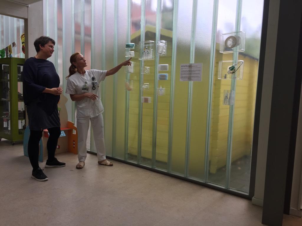 """Sanseudstilling - """"Effektkunst"""" - Anne-Mette Sørensen har i 2018 lavet en udstilling til HC Andersens børnehospital med brug af sygehusets effekter. Her er sprøjterne blevet til en skyline og slangerne til en røgsky. Læs mere på link - klik på billede."""