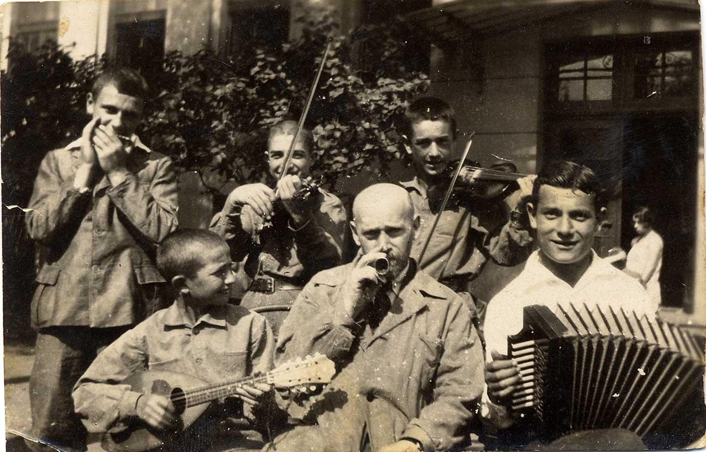 Sammy Gogol on harmonica, Korczak on kazoo.