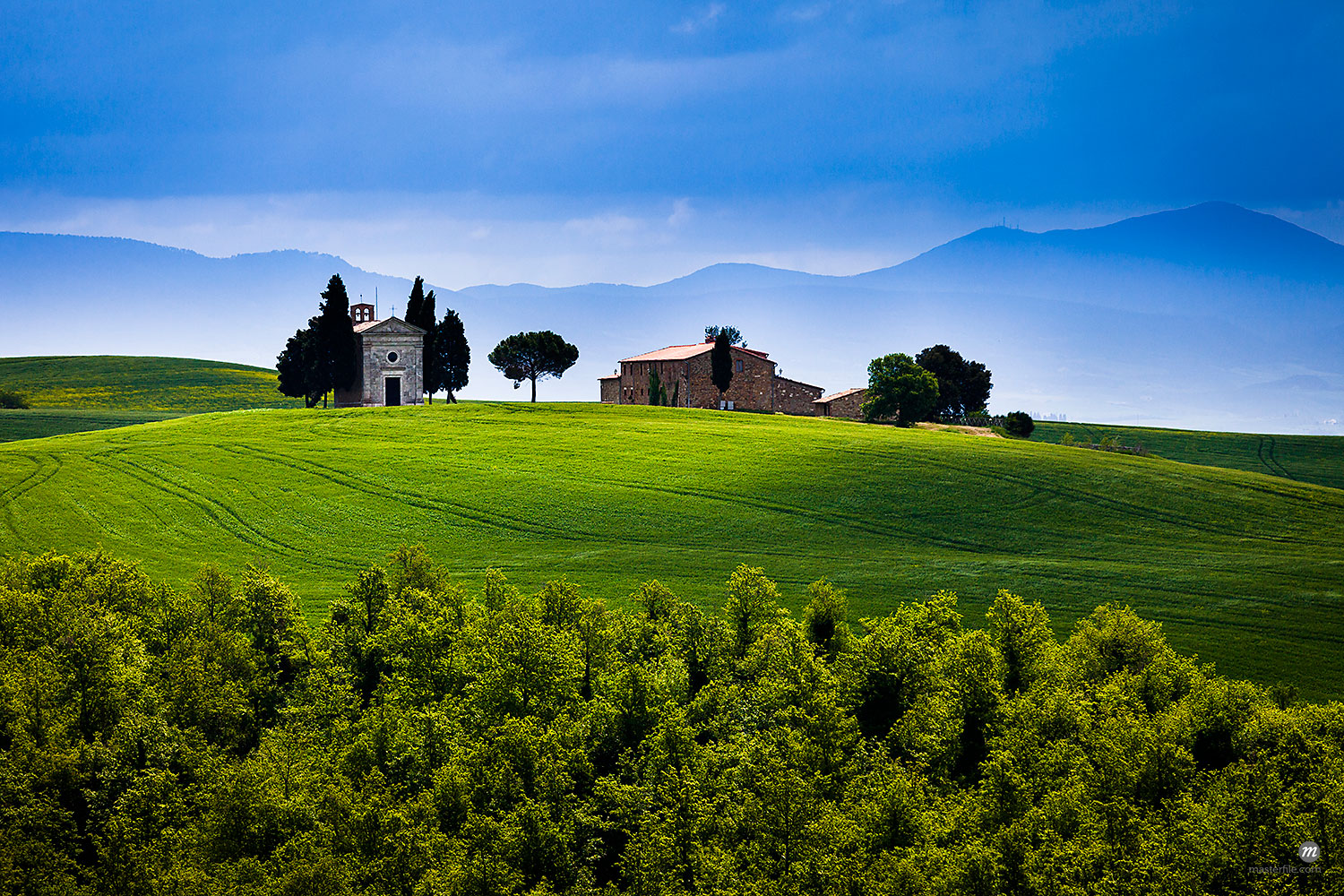 Church of Madonna di Vitaleta and Farmhouse, San Quirico d'Orcia, Province of Siena, Tuscany, Italy  © R. Ian Lloyd / Masterfile