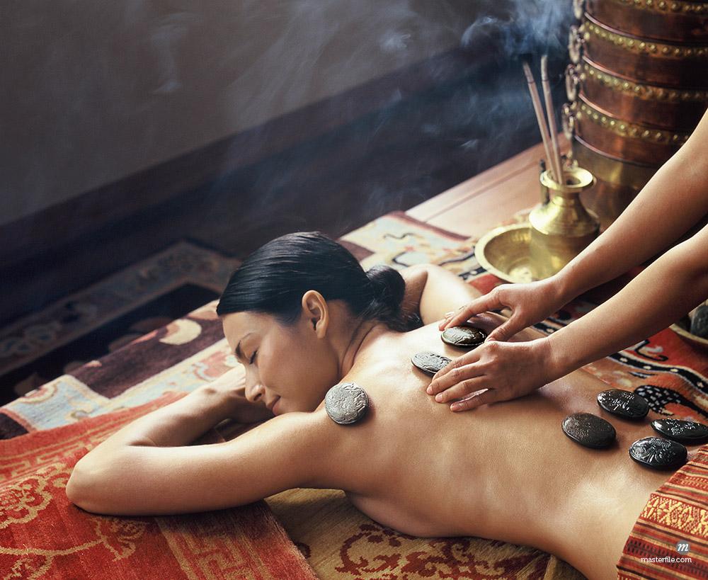 Tibetan hot stones treatment at Chi Spa, Shangrila, Bangkok, Thailand © robertharding / Masterfile