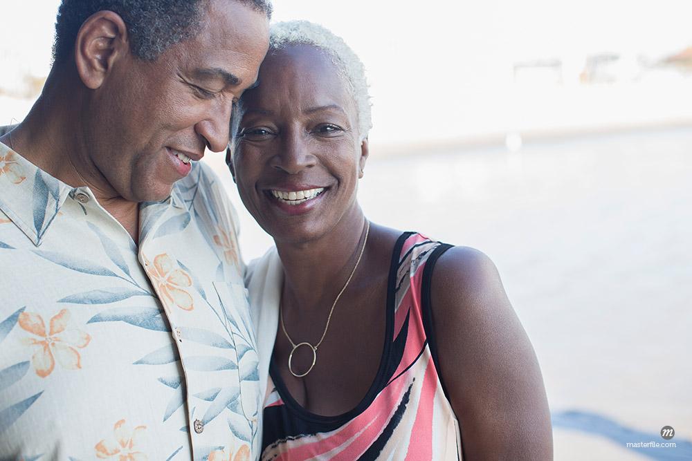 Portrait of senior couple hugging ©Masterfile