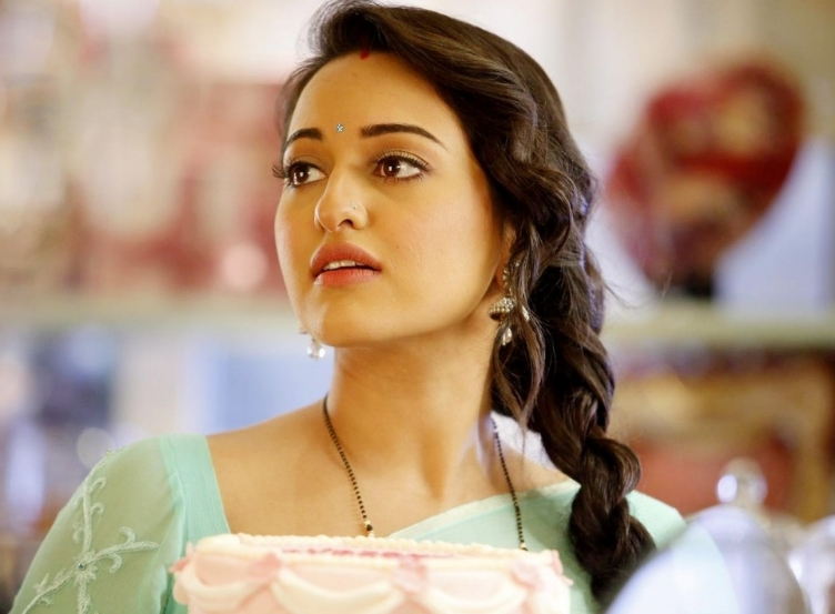 """Sonakshi wants to do a biopic?    Known as the quintessential Rs.100 crore heroine, Sonakshi Sinha who's tried her hand at various genres in her short career span now wants to star in a biopic. """"Right now I am not doing any biopic, but if given a chance I would love to portray an actress. Be it Madhubala or Meena Kumari, somebody who has had a very illustrious career,"""" the 26-year-old said at the Jehangir Art Gallery in Mumbai yesterday.Sonakshi was there to inaugurate artist Neeraj Goswami's painting exhibition."""