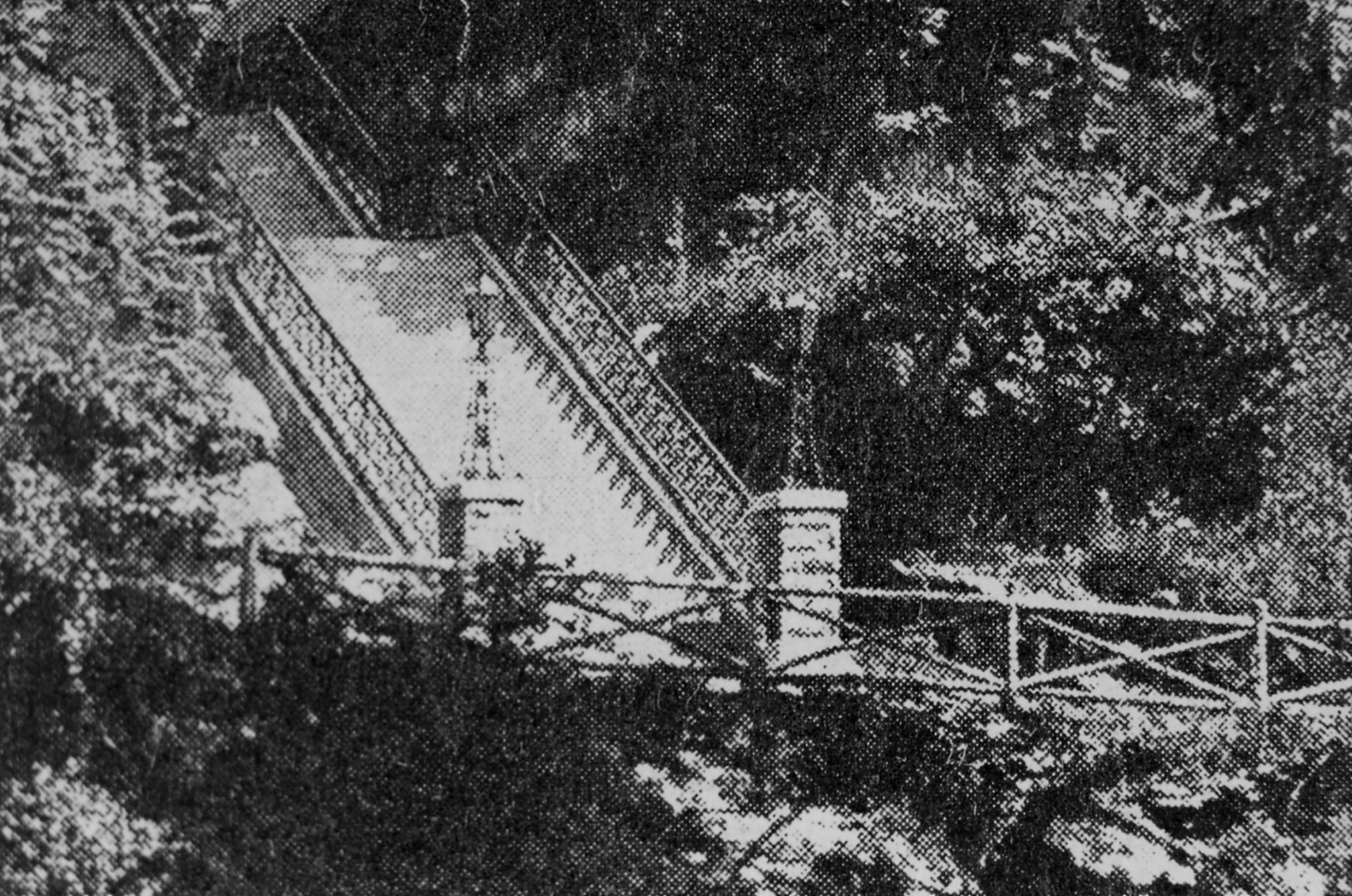 This photograph of the base of Hundred Steps was taken in 1902. It shows the original light fixtures on the pillars.