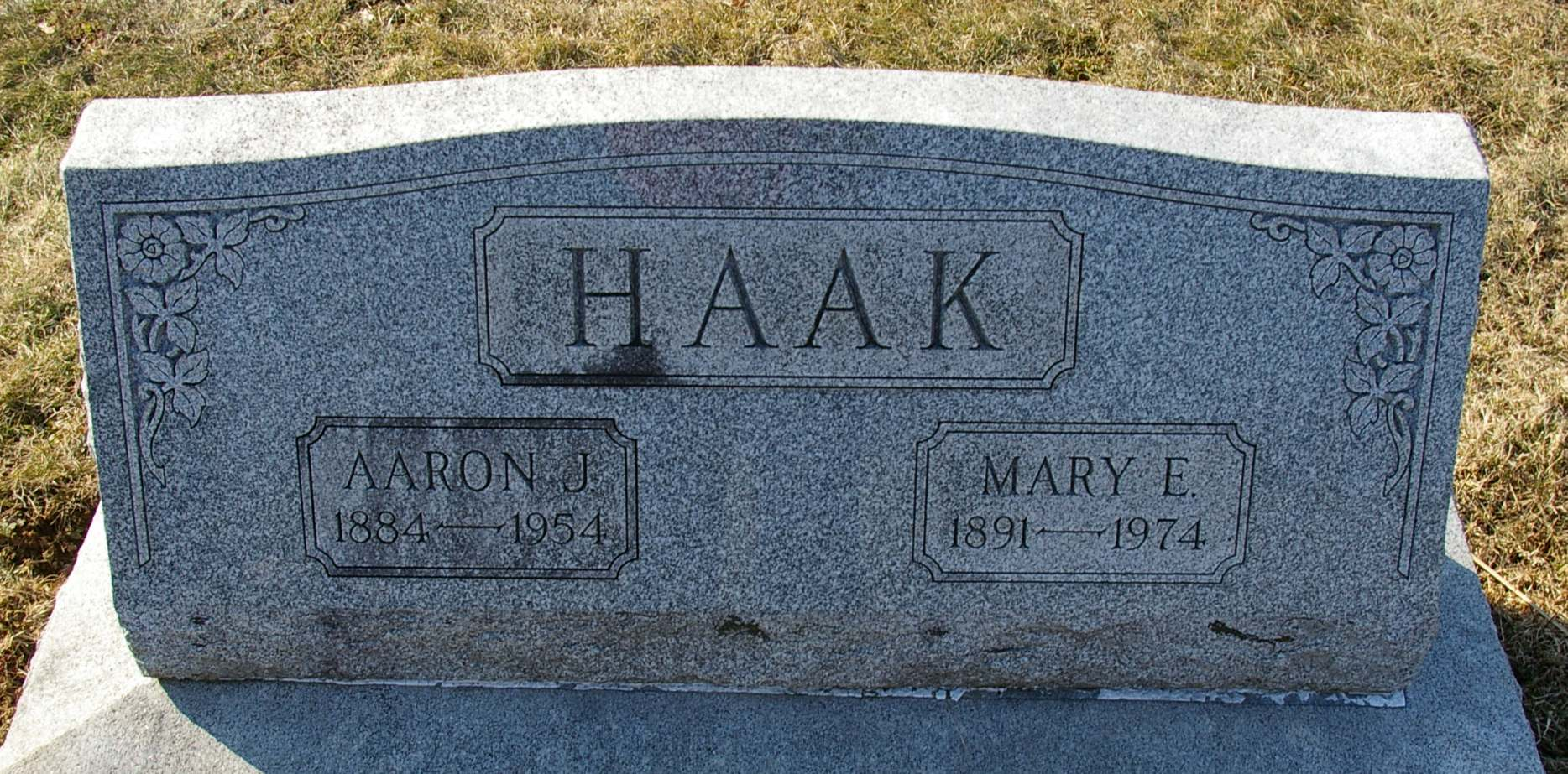 Aaron and Mary Haak's gravestone