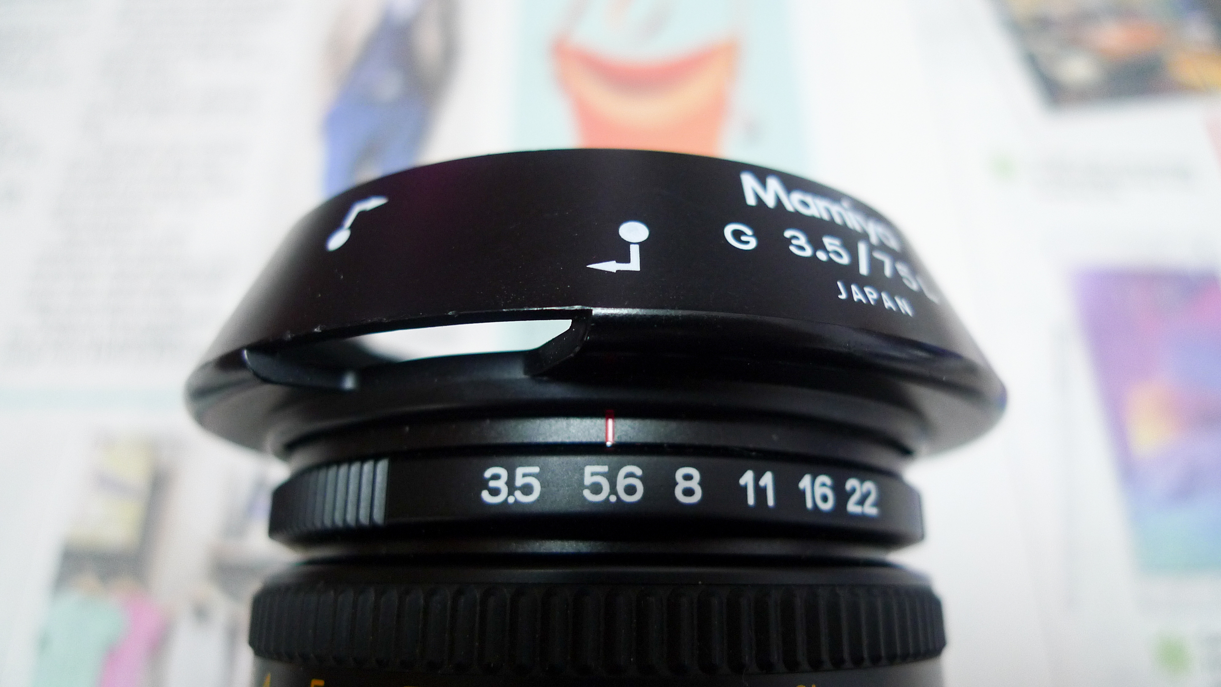 To use the lens hood, follow the labels to align with the red line on the lens