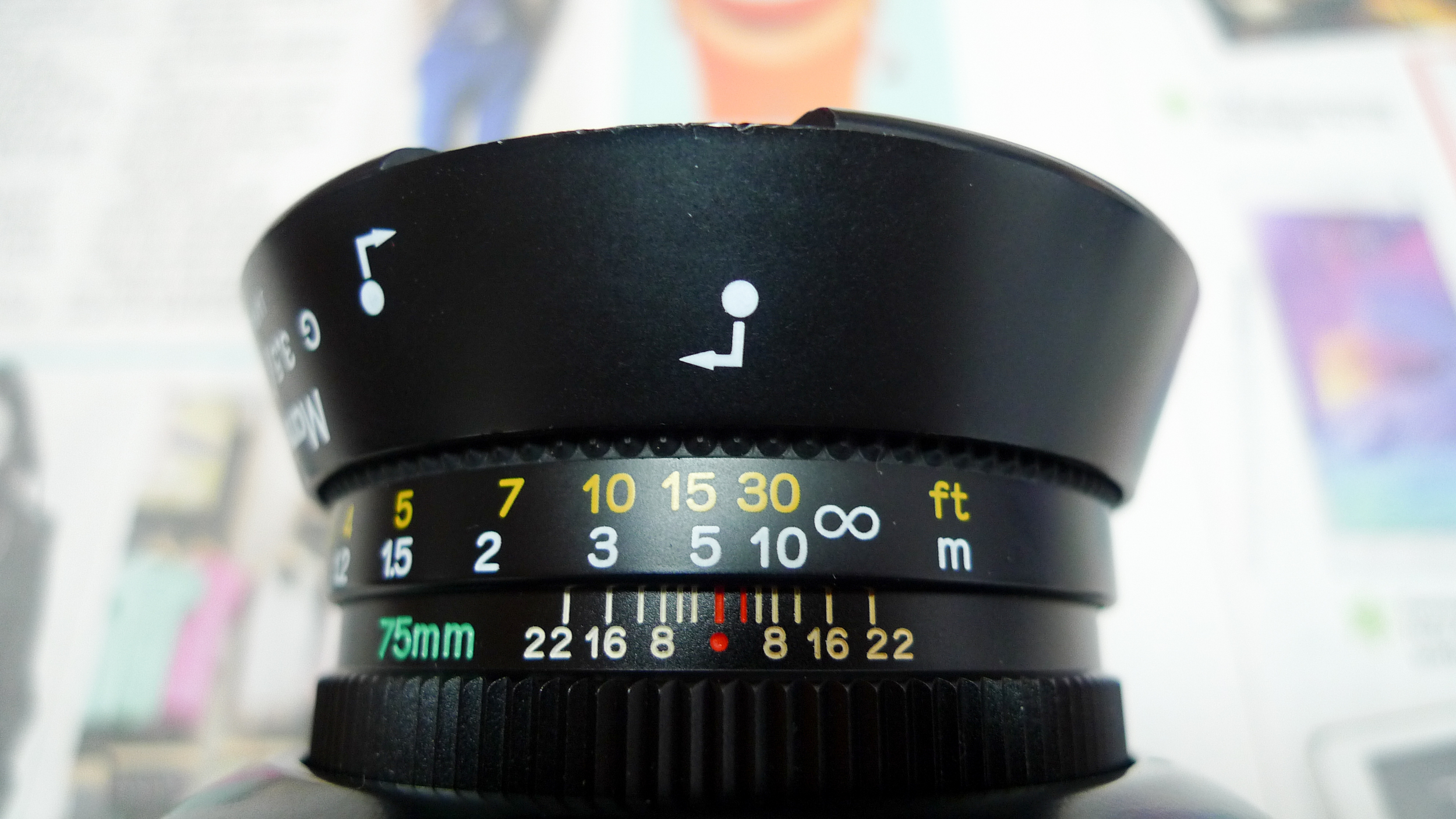 To keep the lens hood, reverse it and follow the labels