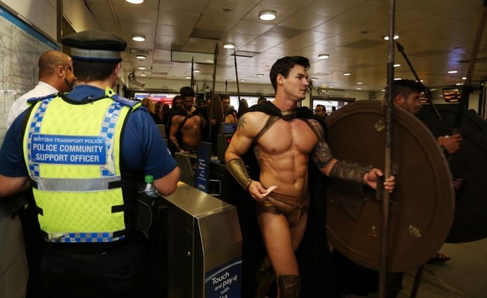300-spartans-at-the-london-underground-coolest-flashmob-artnaz-com-4.jpg