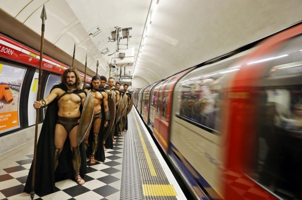 300-spartans-at-the-london-underground-coolest-flashmob-artnaz-com-5.jpg