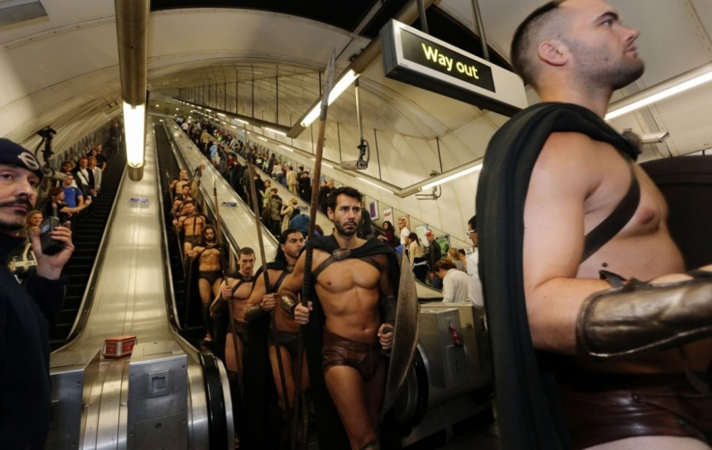 300-spartans-at-the-london-underground-coolest-flashmob-artnaz-com-3.jpg