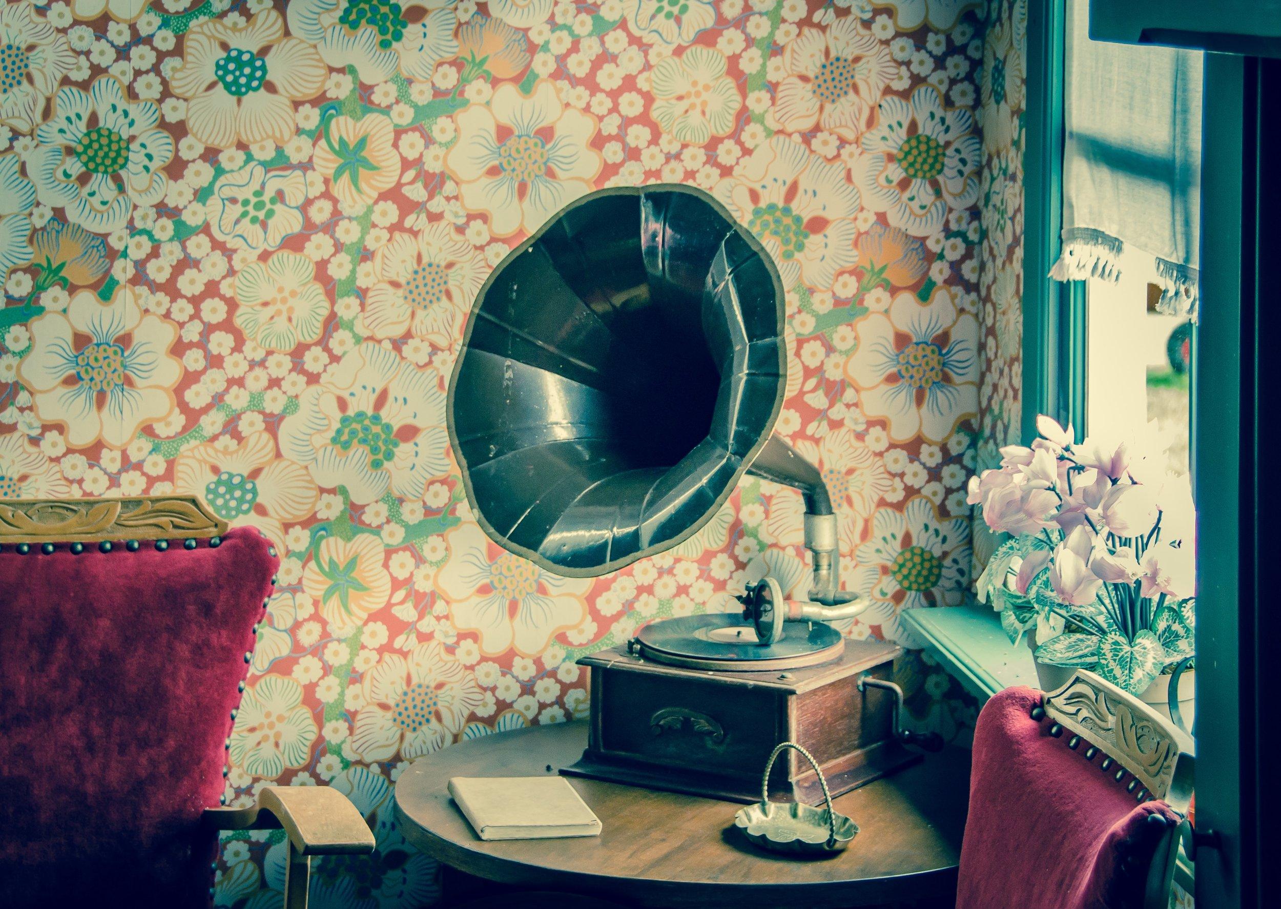 antique-audio-chair-594388.jpg