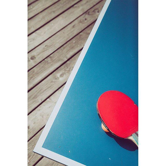 🏓 Sonntag wird die Tischtennisplatte ausgepackt. Rundlauf unter Palmen. BYOT (BringYourOwnTischtennisschläger). An den Decks zur musikalischen Untermalung: Seen&Hören. Special: Skinny Bitch 4€. #strandbar #konstanz #sunnyday #seezeit
