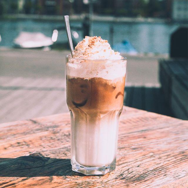 Iced Latte ftw. Schlagsahne, Krokant und Vanille, Karamell, Weiße Schokolade oder Haselnuss als Flavour inbegriffen. Optional auch mit Sojamilch erhältlich. #strandbar #konstanz  #seezeit