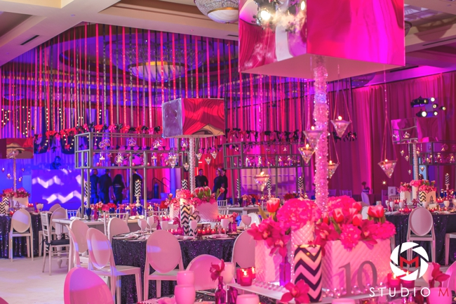 luxury-bat-mitzvah-sara-renee-events-painter-artist-wed-on-canvas-ben-keys-art-fuchsia-and-navy