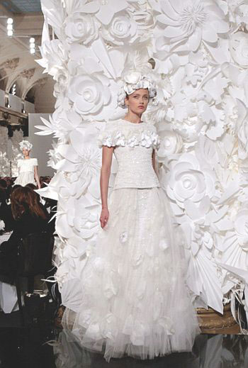 chanel-spring-2011-fashion-show-with-paper-flower-hats-and-backdrop