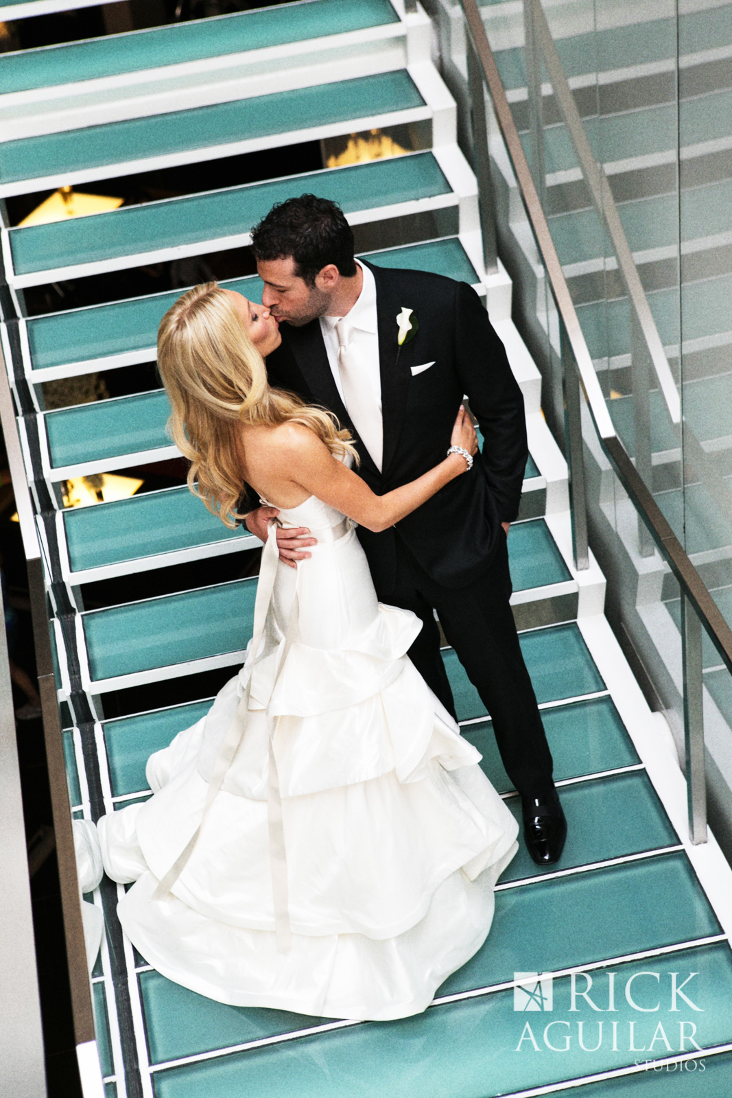 sofitel-chicago-hotel-wedding-modern-luxury-wedding-hayley-paige-pearl-gown-wedding-artist-ben-keys-live-wedding-painter