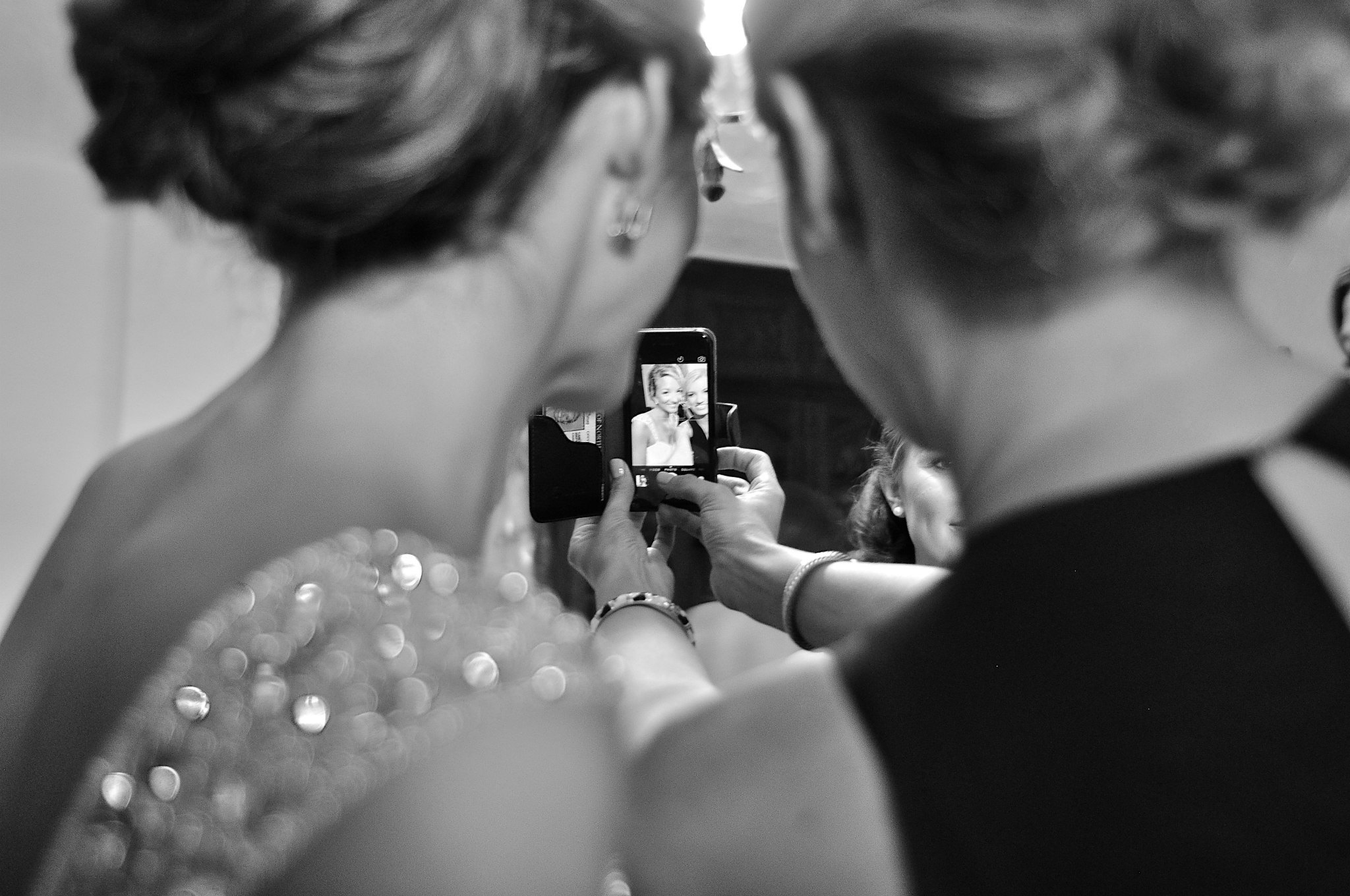 wedding-day-selfie-bride-and-maid-of-honor-cute-photo-ideas