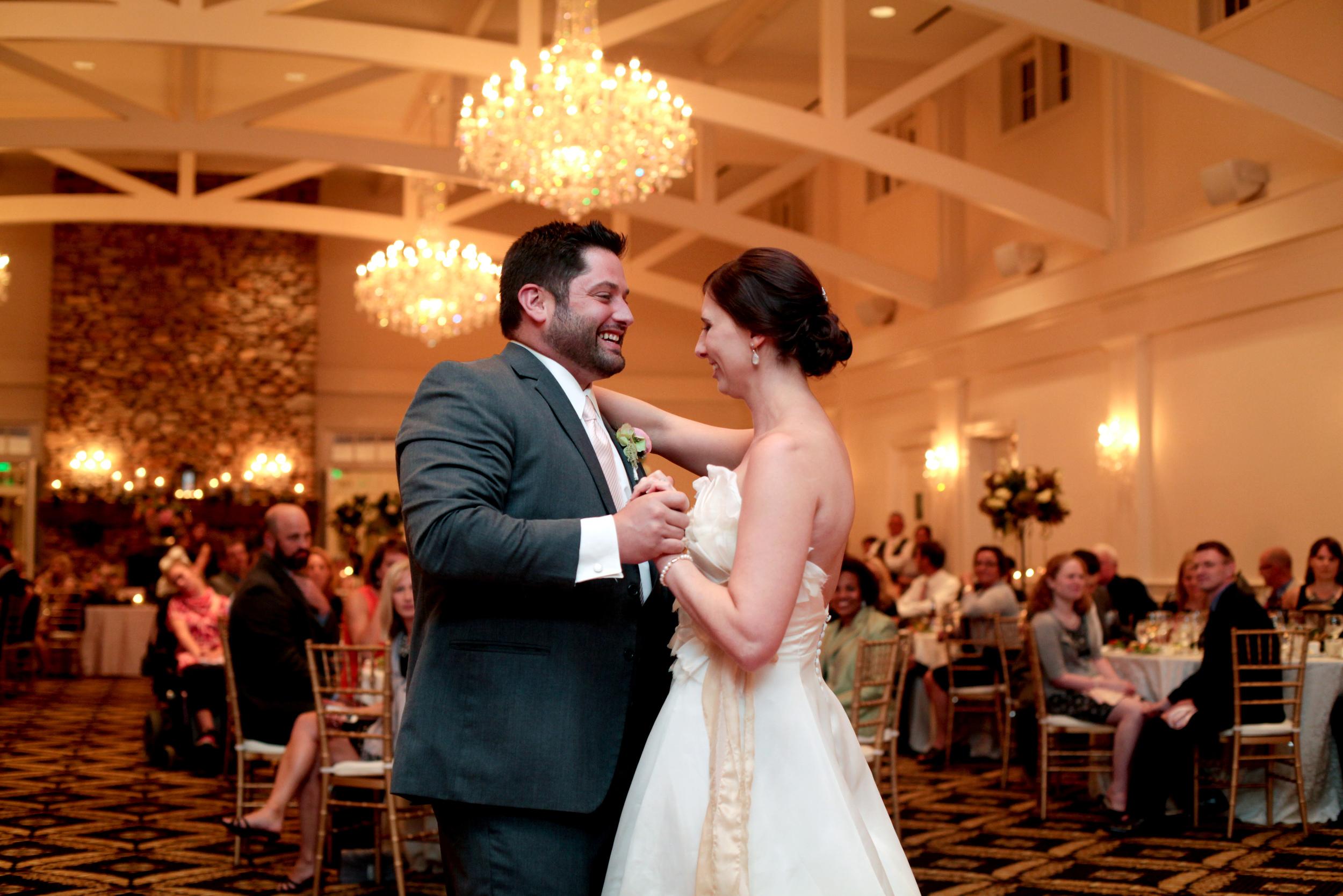 trump-national-golf-course-first-dance-charlotte-wedding-painter-ben-keys-wed-on-canvas-live-wedding-artist