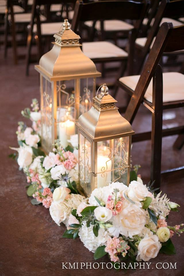 lanterns-with-florals-decorating-ceremony-aisle