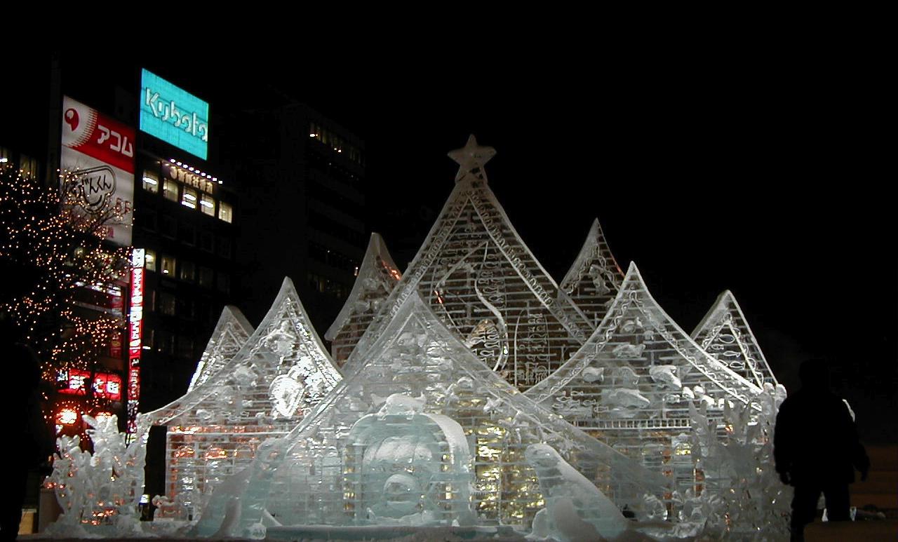 Sapporo är en stad som vet hur man ska göra pengar av snö och is - två miljoner besöker denna vecka staden för att beskåda snöskulpturer och äta och dricka gott.