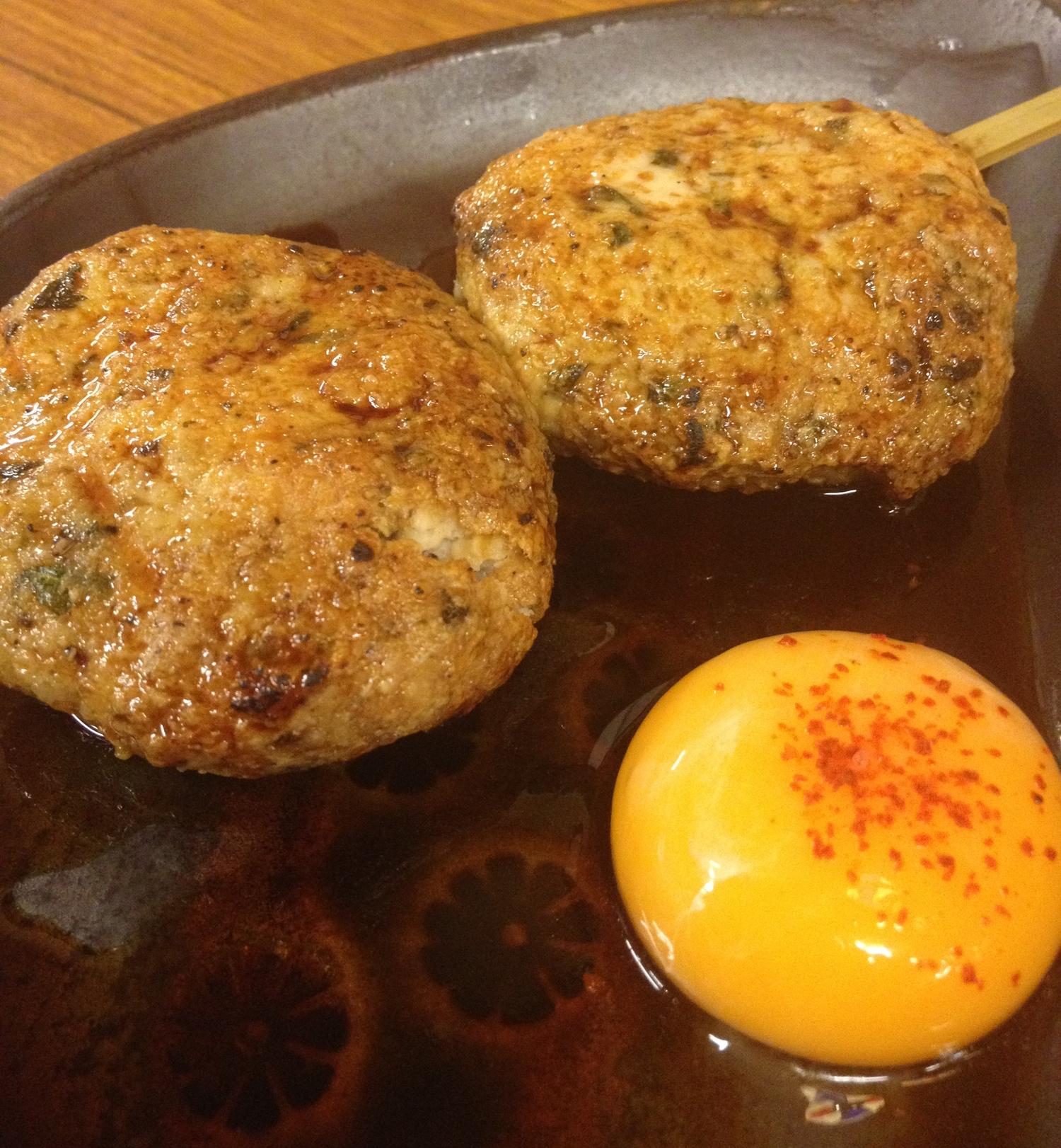 Kycklingköttbullar på en izakaya. Japanska pubar är gemytliga med ofta mycket bra mat och - givetvis - mycket dricka.
