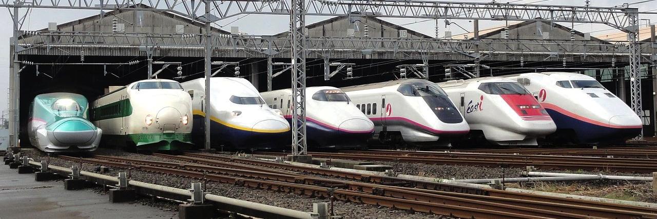 Här en samling olika varianter av Shinkansen-tåg. Originalet, som började rulla 1964, är tvåa från vänster, flankerat av två av de mest moderna varianterna. Shinkansen är världens säkraste tågsystem; inte en enda olycka sedan starten för snart 50 år sedan.