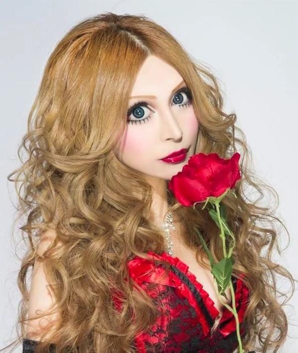 Jag var en vanlig japansk tonårstjej, men nu är jag en fransk docka..