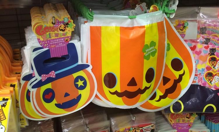 """Halloween är även i Japan en importerad """"fest"""" med avsikt att sälja prylar.. Här på en av de lokala 100-yensbutkerna."""