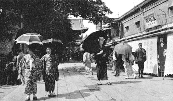 Mycket har hänt med könsrollerna i Japan sedan den här bilden togs, men samtidigt är mycket fortfarande stockkonservativt och inkrökt. För många gamla gubbar i beslutande positioner, helt enkelt!