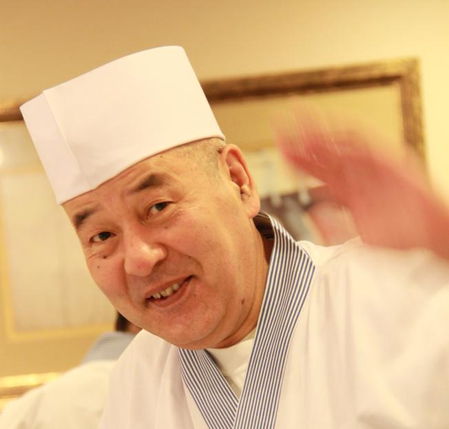Snygga, billiga och goda sushibitar tillverkas på min kvarters-sushi Seven av Masuko-san. Veteran med både yrkesstolthet och humor.