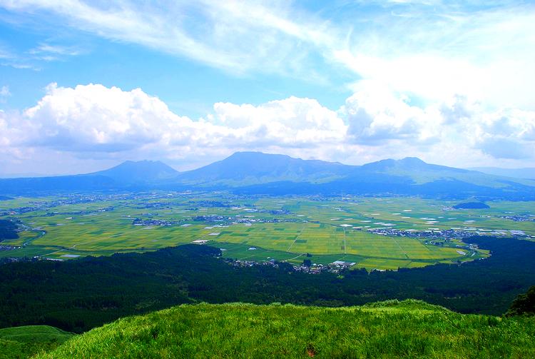 Längst bort ser ni Mount Aso, den vulkan som var Ernst Stavro Blofelds japanska högkvarter i Bond-rullen Man Lever Bara Två Gånger. I Kumamoto på Kyushu.  Foto: WikiMedia Commons