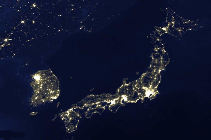 Man snålar inte med elektriciteten på nätterna i Japan eller Sydkorea, men i Nordkorea är man däremot duktiga på att slå av lampan! Bild från NASA.