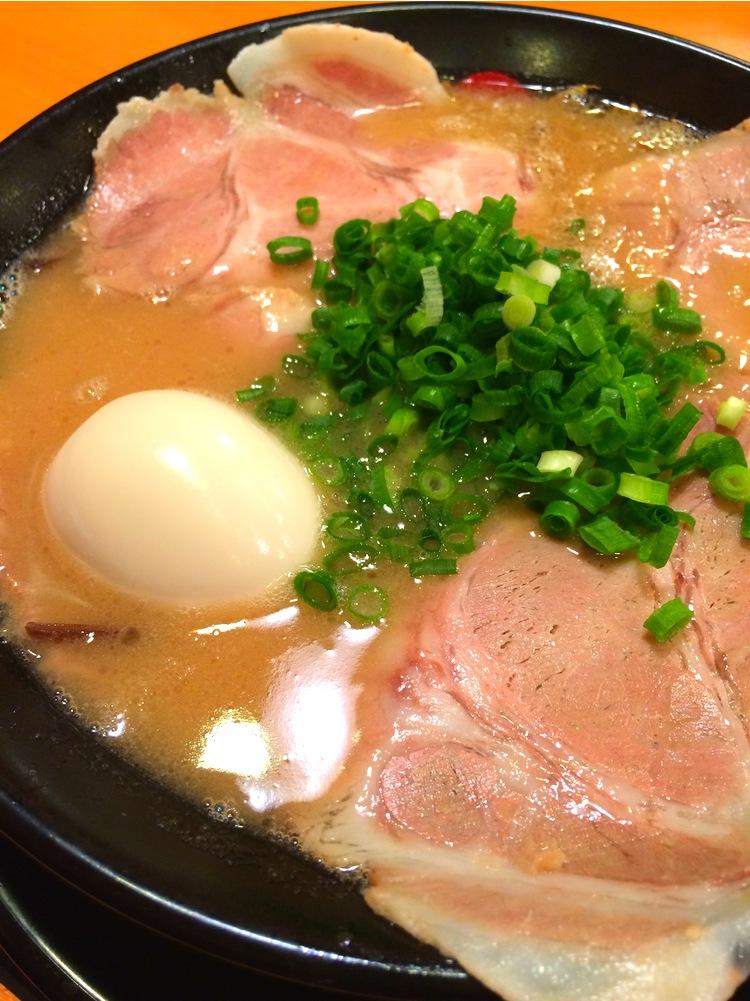 Ramen - nudelsoppan som föddes i Kina men som utvecklats till både kulinarisk och kommersiell konst i Japan. Här i Tonkotsu-versionen med en extremt mustig soppa på fläskben.