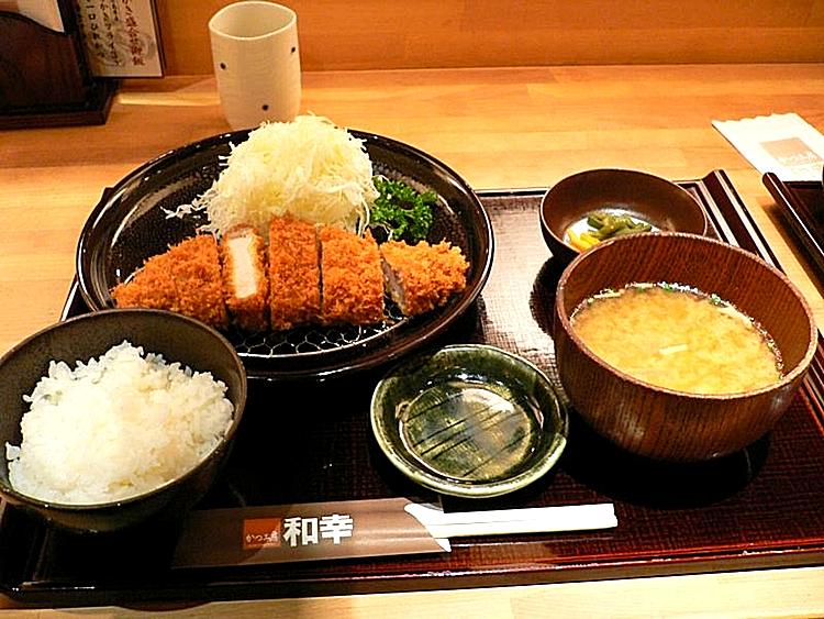 Tonkatsu teishoku - dvs en standardmeny med friterat fläskkött, miso-soppa, ris, finhackad vitkål och inlagda grönsaker.  Foto: Wikimedia Commons