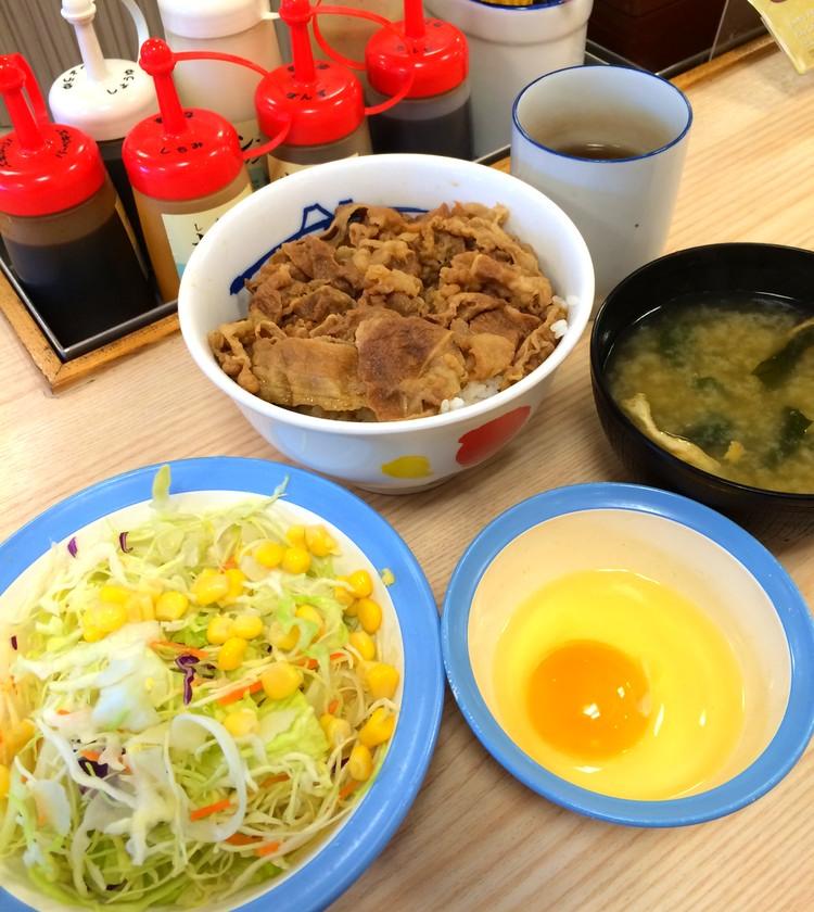 """Här har vi en """"set menu"""" på kedjan Matsuya. Gyudon, sallad, miso-soppa, rått ägg (som man vispar med lite soja och rödpeppar och häller på köttet) och en kopp te för ca 30 SEK!"""