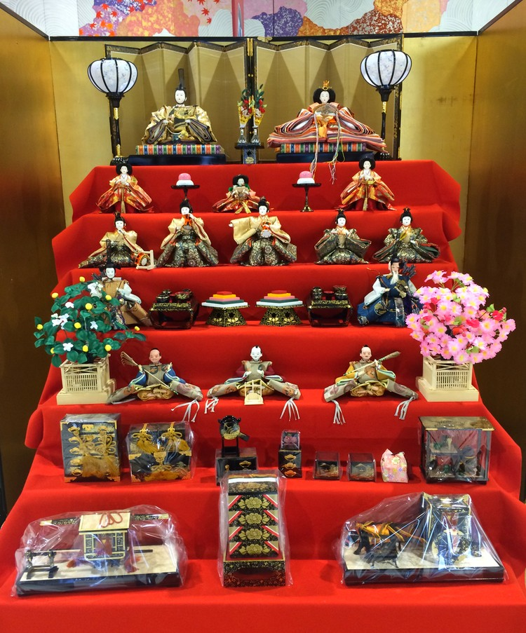 När jag skjutsade ut ena dottern till Narita i förra veckan, fanns denna stora och vackra uppsättning hina-dockor i avgångshallen.