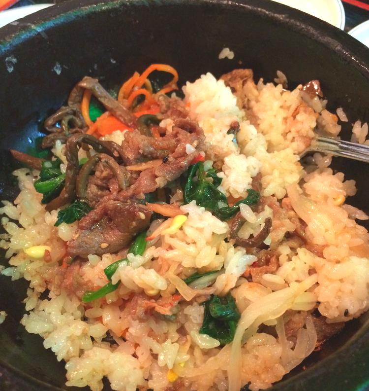 Bibimbap är grönsaker och ibland också kött som man blandar ihop med ris och äter med en kryddig misosås till.