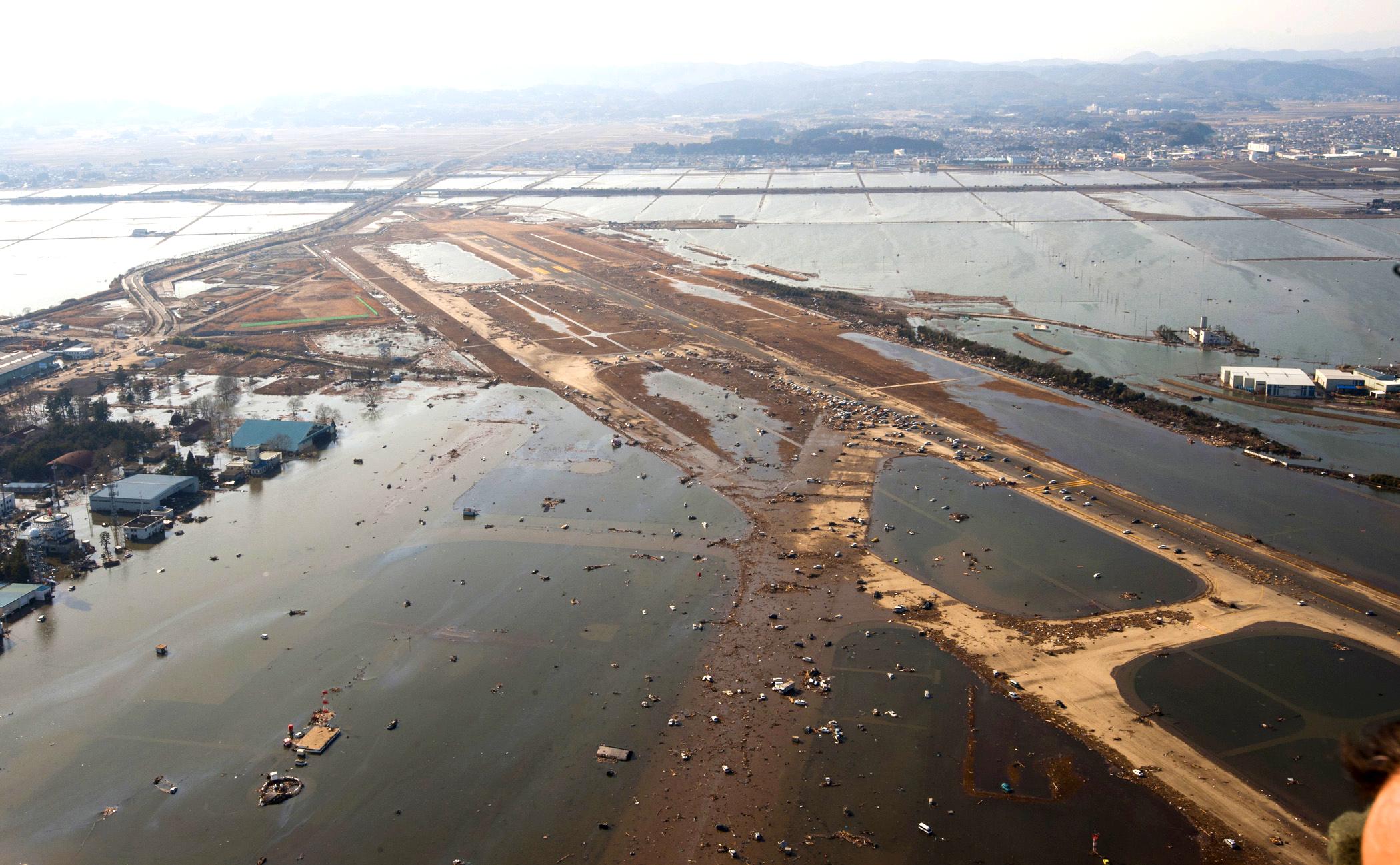 Såg här såg det ut på Sendais flygplats när tsunamin dragit förbi.  Foto: Wikimedia Commons