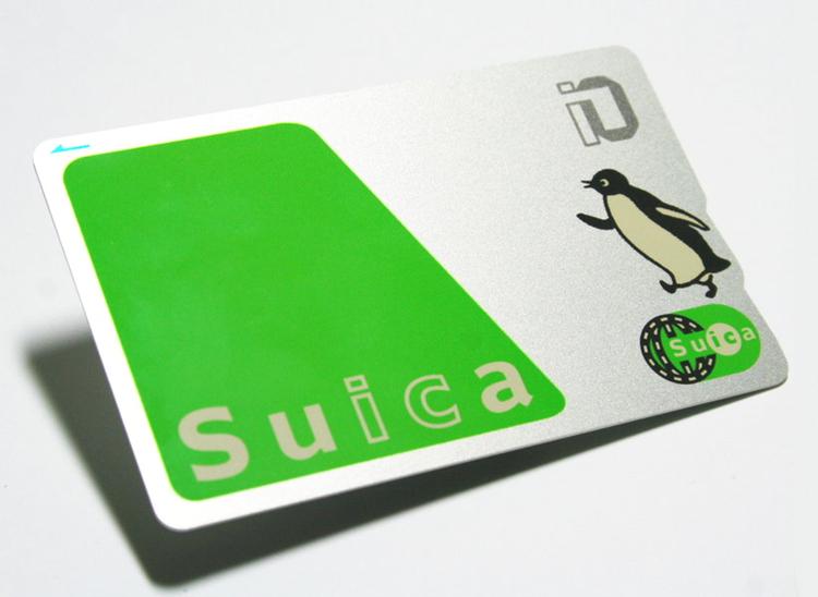 Suica är ett av de två olika, men kompatibla, tåg- och busskort man bör skaffa sig i Tokyo.