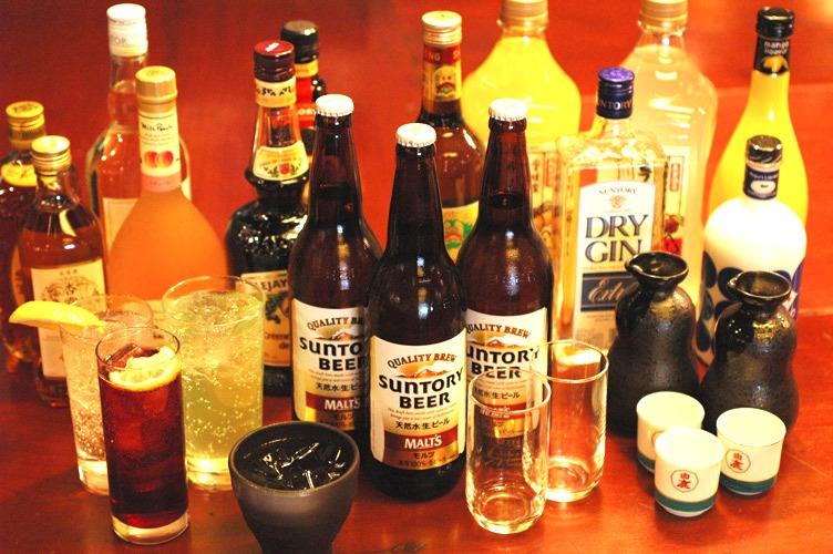 """Här har vi ett urval alkoholhaltiga drycker ur """"bottenlösa"""" flaskor på kinakrogen Suki Kamo i Tokyo."""