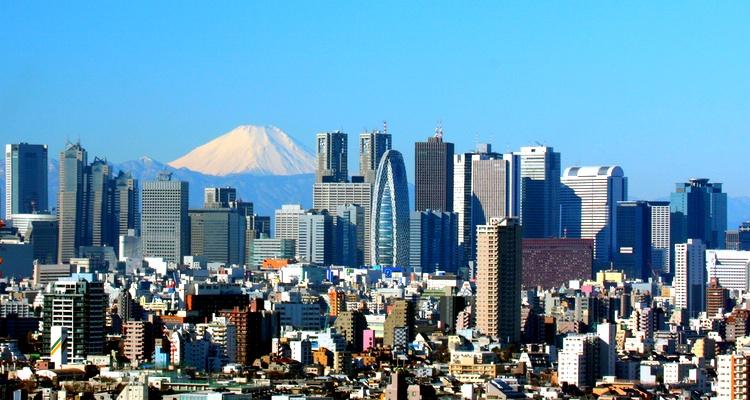 En liten, liten del av Tokyo (Shinjuku) ses här med Fuji-san som bakgrund (vulkanen är inte lika närliggande sett med blotta ögat).. En del av världens största ekonomi, som stad betraktat.  Foto: Wikimedia Commons
