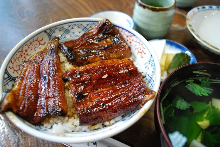 Grilad ål är bra när man är trött av värmen under den japanska sommaren. Gillar du ål, kommer du att gilla den japanska varianten!  Foto: Wikimedia Commons