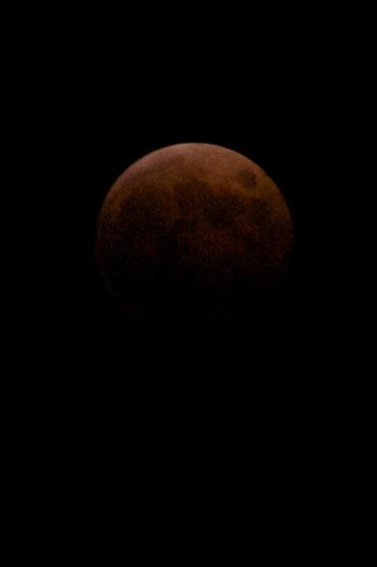 När månen kom tillbaka hade den en fin röd lyster... nästan som om Mars hade kommit nära inpå.