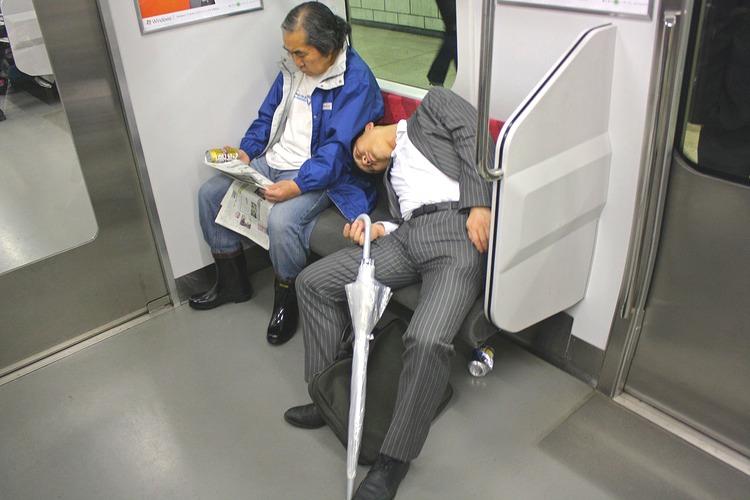 Ständig sömnbrist plus alkohol gör snarkning till ett vanligt förekommande bakgrundsljud på Tokyos t-bana.  Foto: WIkimedia Commons