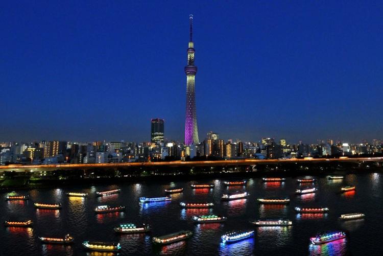 Åka krogbåt på Sumida-floden i Tokyo är ett uppskattat sommarnöje både för japaner och turister. Tokyo Sky Tree är en av dagens mest besökte byggnadsverk i Japan, landets högsta byggnadskonstruktion och världens högsta torn.  Foto: Yakatabune Tokyo Association