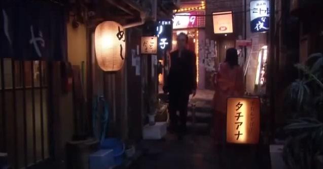 """En ganska typisk gammaldags liten krog på en typisk japansk bakgata där det inte renoverats på 30-40 år. Det står めし på den vita lyktan till vänster; helt enkelt """"kokt ris"""" eller """"mat"""" på japanska."""